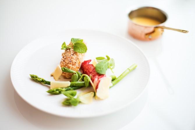 Farseret kylling med stegt hummer, grønne asparges, røget ost og sauce med brunet smør Foto: Rasmus Flindt Pedersen