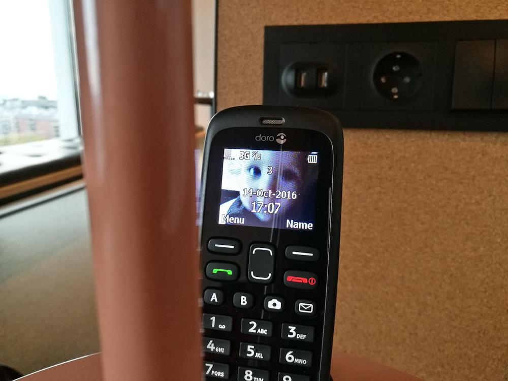 Ryger du ind på værelse 1112, skal du vide, at min søn er placeret som baggrund på telefonen. Så længe det varer.