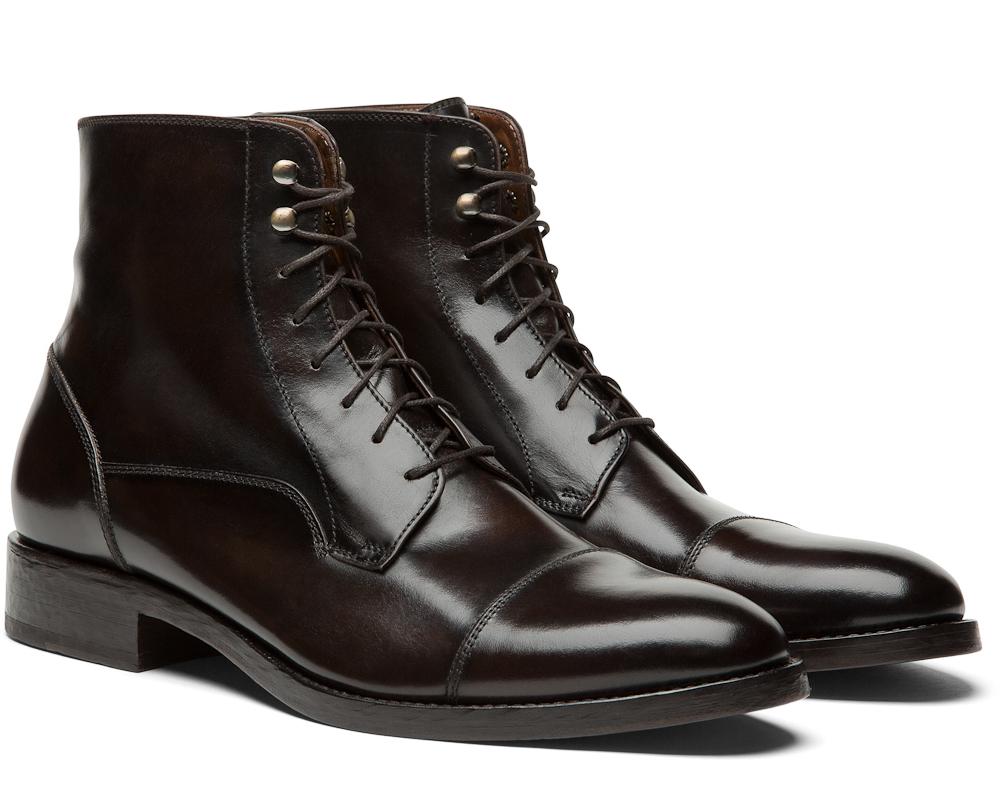 Et blandt talrige par støvler. Der er endnu flere sko at komme efter.