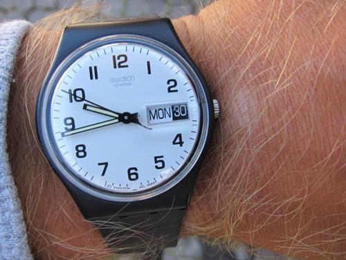Uret tikker forholdsvis højt, men har til gengæld dag- og datovisning, der begge er meget nemme at stille. Forstørrelsesglas? Tjek.