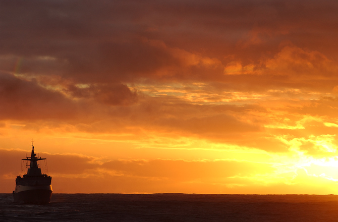 Solnedgang ud for Sydafrika. På billedet er det en sydafrikansk korvet.