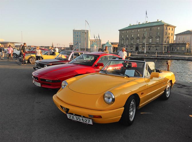 Rød Bimmer og gul Alfa