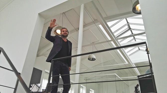 Karim har åbnet rom-bar og havde hyret en DJ, hvorpå han illustrerede en såkaldt bas-arm