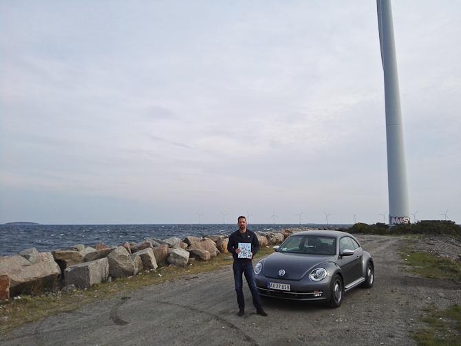 En mand, en bog, en bil og en vindmølle. Eller noget af den...