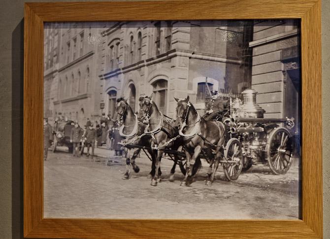 Dette hestedrevne køretøj er på vej ud fra en gammel brandstation i New York. På samme matrikel findes Victorinox flagsgip store