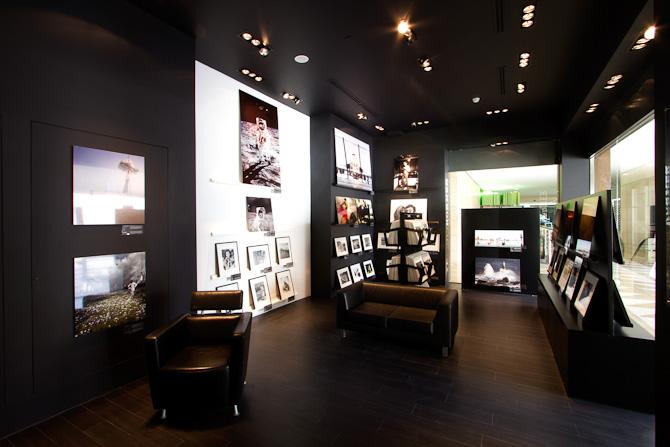 Alle gallerierne er indrettet minimalistisk og varmt med mørke undertoner.