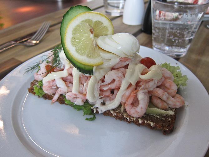 Så er der lunch. Det hedder frokost på svensk. Frokost på svensk er nemlig morgenmad.