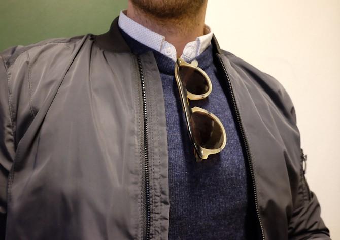 Bomber, sweater, skjorte og brille