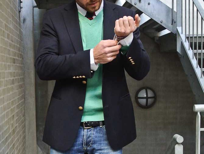 En blazer i uformelt selskab med V-hals, jeans og slips