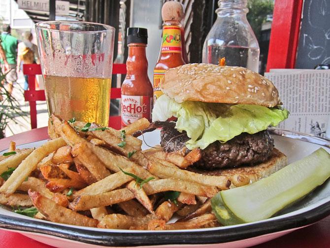 En absolut lækker hamburger med kød fra en ikke så langt bortliggende bondegård