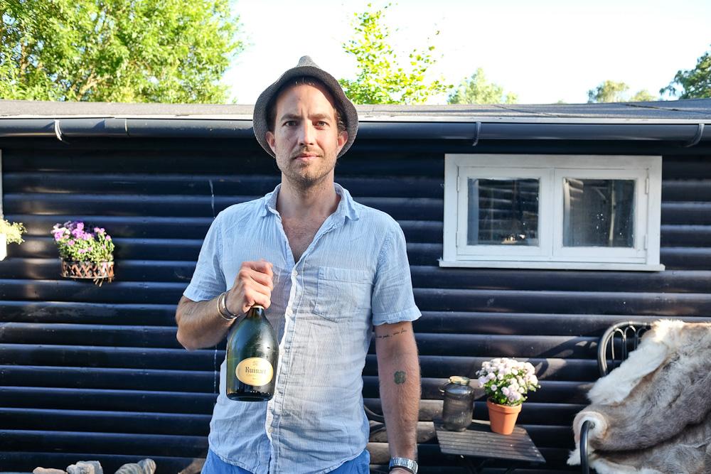 Jeg lovede jo, at sommeren ville vare ved. Og det fejrer vi her med både video og champagne. Og en sommerhat.