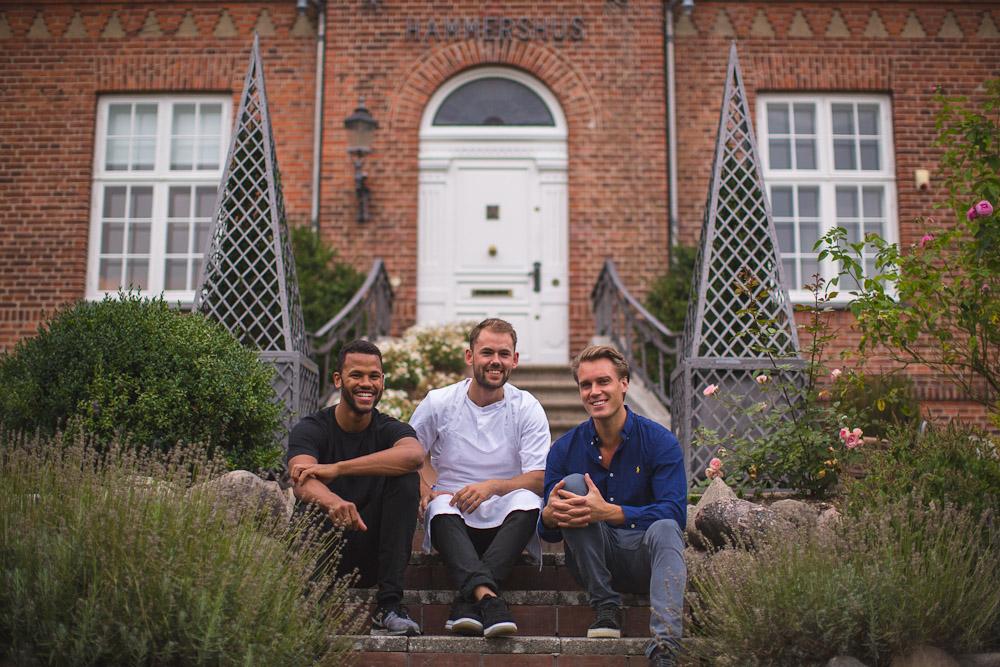 Kokken Mads Schouw Petersen, med Alexander Bech og Thomas Mamburay. Foto: Samy Khabthani