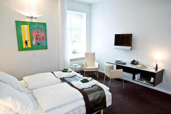 Efter en middag venter et passende selskab i form af Hästens-senge og B&O TV, som er standard på alle værelser.