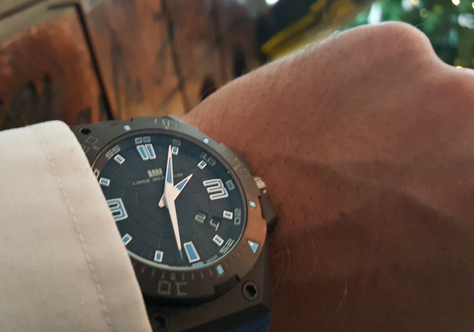 En blålig klokke fra Linde Werdelin