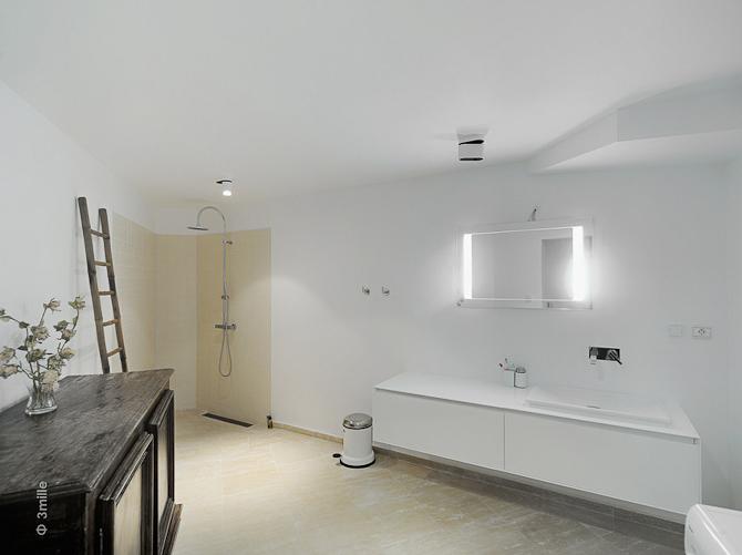 Og badeværelse i minimalistisk og renskurret stil