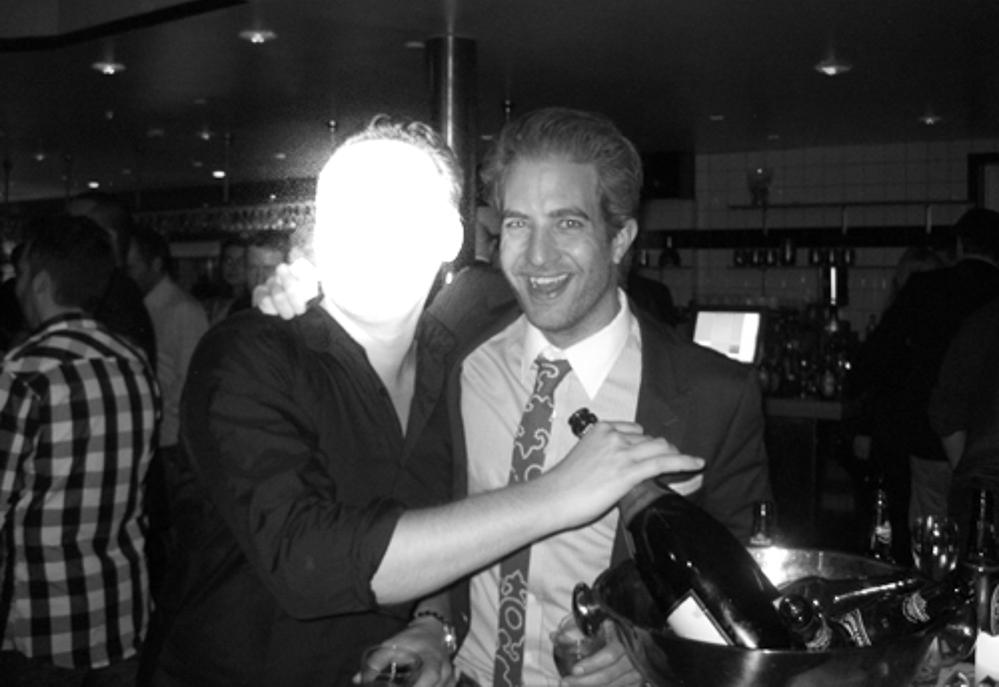 Her er et foto fra en særdeles festlig aften. Den udviklede sig ikke forbudt, men den slørede person på fotoet (til venstre) er ikke så begejstret for motivet. Men det er jeg.