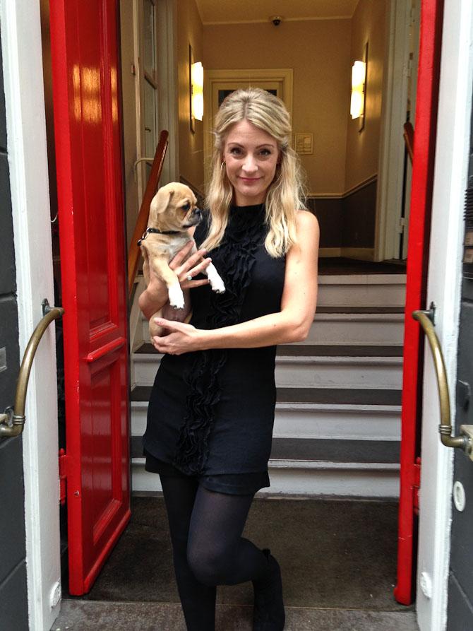 Henriette med hunden Anton.