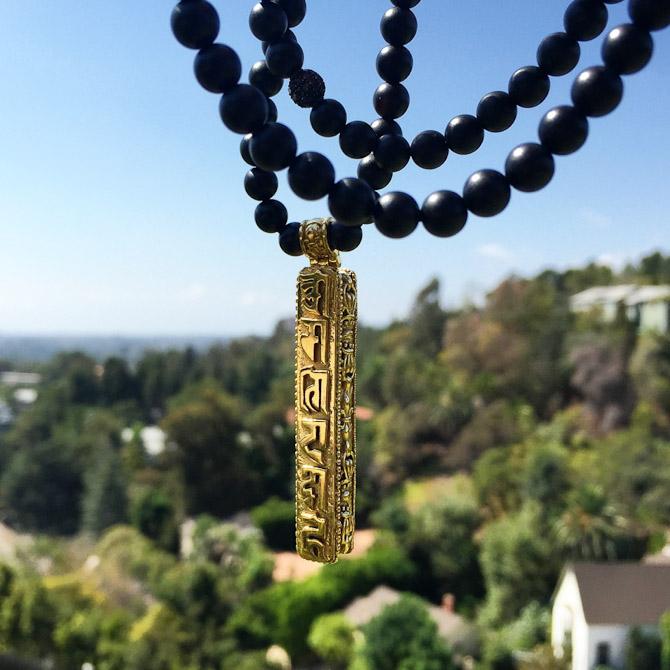 Jeg var ude at gå med Emma (min hund) på den vej, vi bor paa, sad og kiggede ud over byen og tog et fedt billede af vores Prayer box som nu kommer i 14K guld med sorte diamanter. Sikke en view ik'?