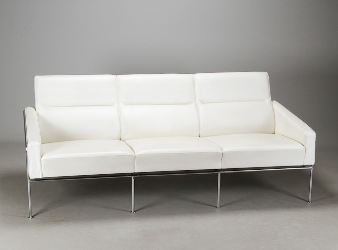 Jeg har den til to personer og i sort, men du kan får Arne Jacobsens Lufthavnssofa til tre. I hvidt læder.