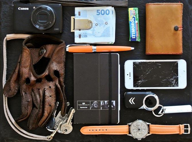 Kamera, kørehandsker, nøgleknippel, notesbog, kuglepen, kontanter, tyggegummi, pung, bilnøgle og ur. Trofaste følgesvende i min verden. Men hvad med din?