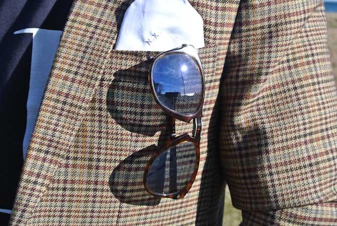 Solbrille a la Persol og med initial-klud i brystlommen