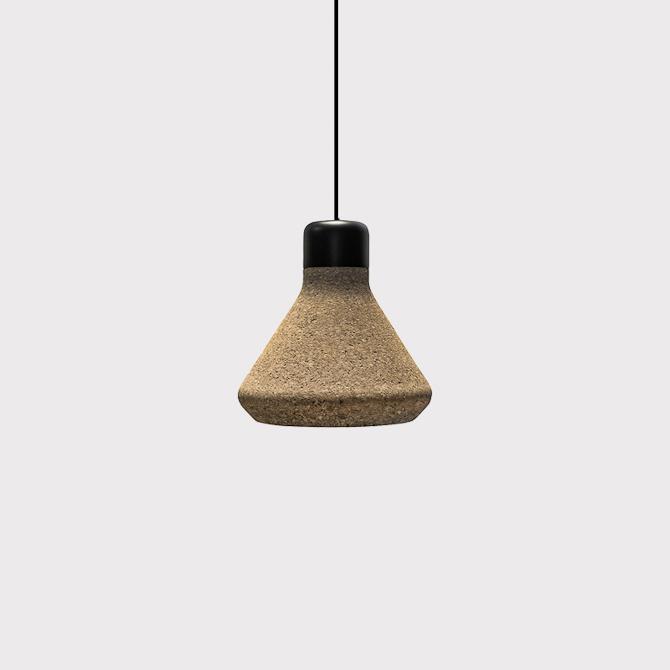 Luiz har en diameter på 18,5 cm , mens højden 15,2 cm. Materialerne tæller kork, matsort metal og stofledning.