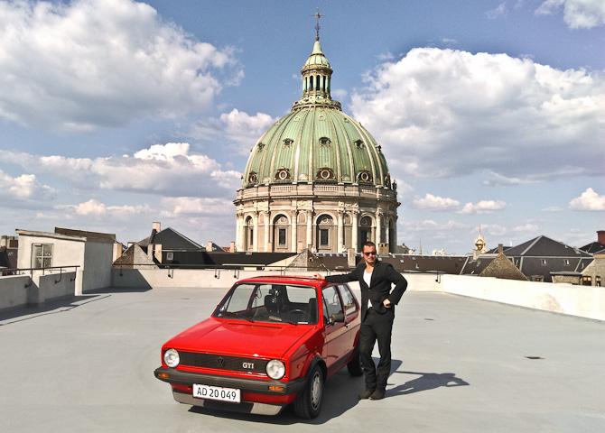 En bil, en mand og en kirke. En eftermiddag i København - og en video venter længere nede.