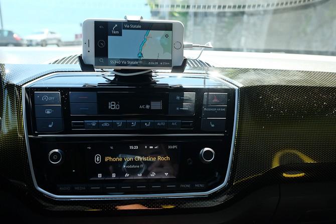 Smartphone-integration med opladerfunktion. Simpelt og smart.