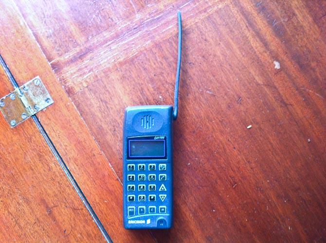 Jeps - den eksisterer den dag i dag, men fungerer ikke. Hvorfor den er gemt hos forældrene, skal jeg ikke kunne svare på, men det var til dette apparat, at David B ringede engang i midten af 90'erne.