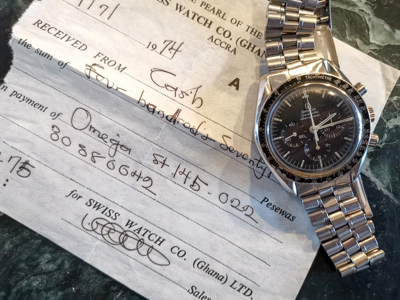 en mand og hans ur Omega Speedmaster