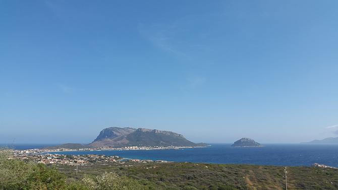 Himmel og hav. Og en ø.