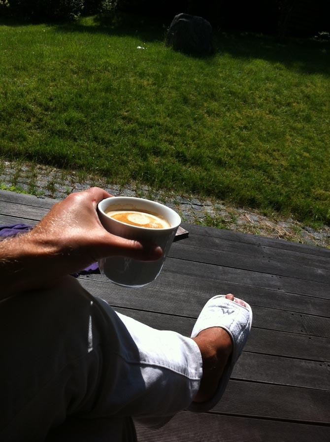 All in på terrassen. Udskift gerne kop med dåse.