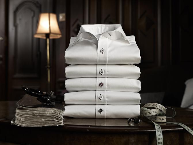 Hvis man kigger i mit klædeskab, så finder man flesste hvide skjorter. De er dog ikke så nydeligt præsenteret som her.
