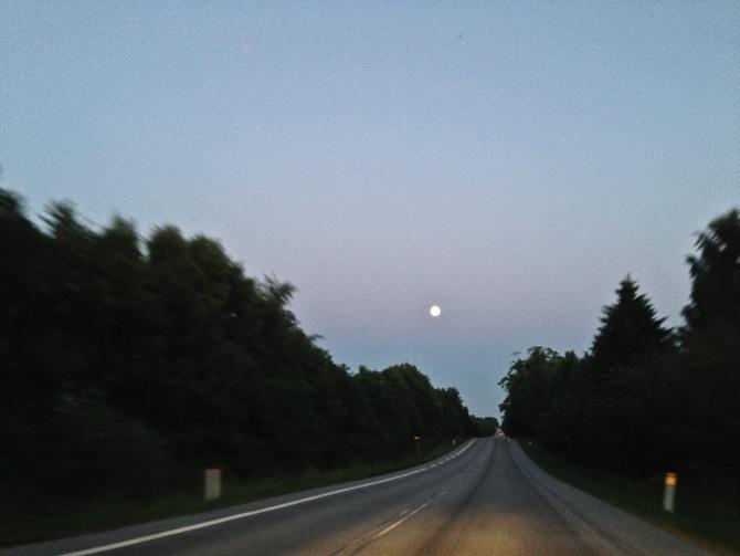Månen hang lavt