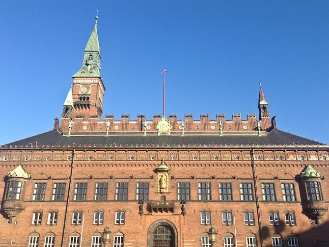 Rådhus arkitektur - dog uden pandekager, men med blå himmel.