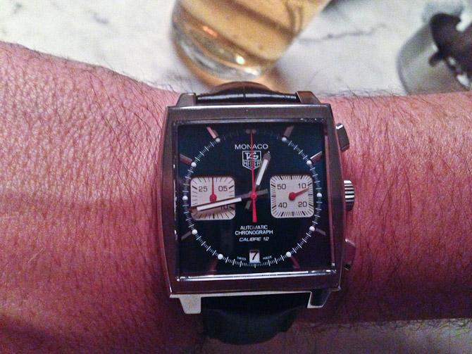 En mand fremviste sit nye, fine ur