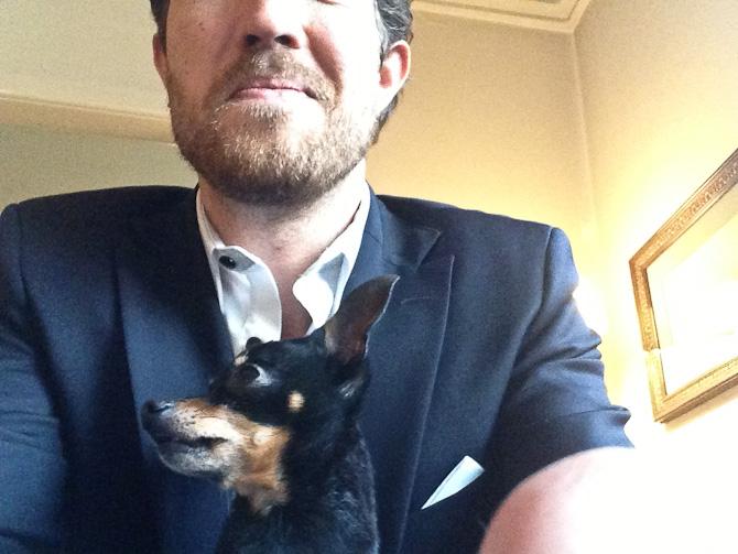 Hunden lavede en Mads Holger - de nægter begge at se direkte i kameraet. Altid.