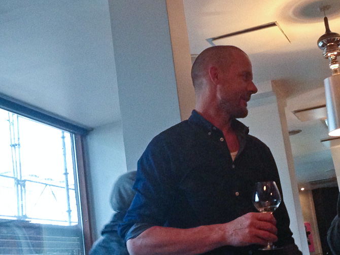 Morten Poulsen dekorerede hotellet og bød på vin i glas