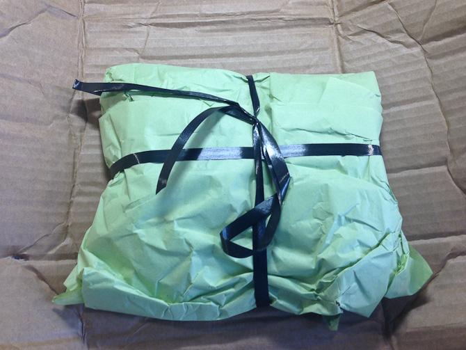 Der kom en pakke - som en mand vist har pakket ind..