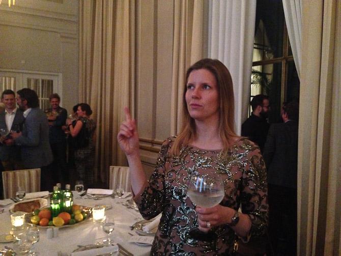 Kollega Julie med vigtigfinger