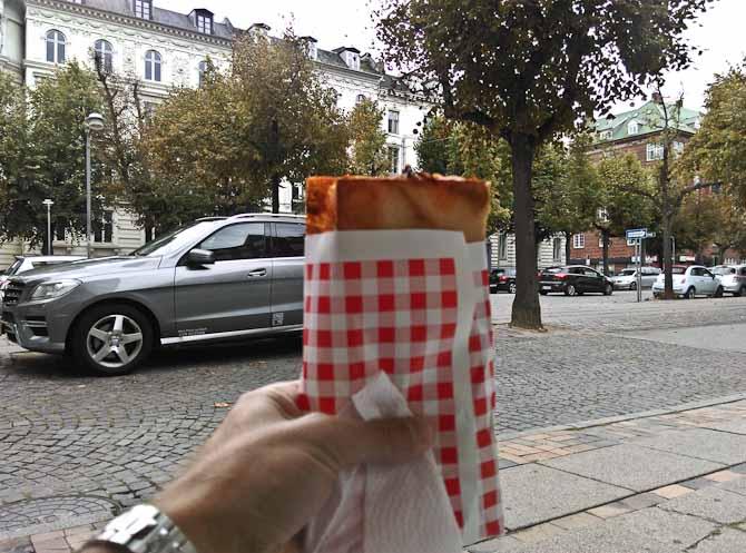 Et stykke med foldet pizza