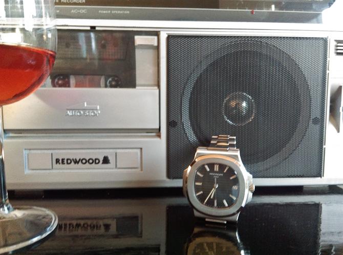 Rosé, båndoptager med radio og et ur