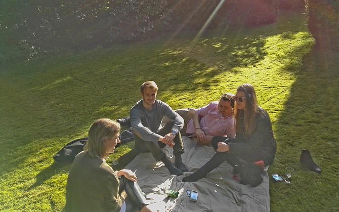 Der var halv-kølig picnic på plænen