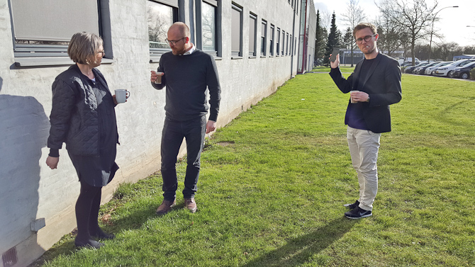 Helle, Johs og Mikkel fik en snak om plæneklipning og Roundup