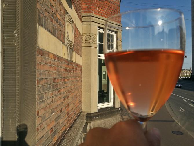 Rosé i glas og på væg