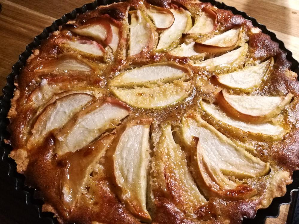 Æbler fra haven transformeret til kage.