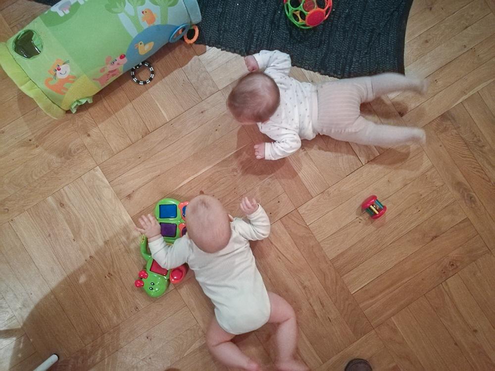 De små på gulvet