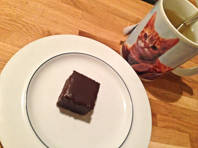 Dobbelt op på kitsch. Herlig pistacie bid med chokoladeovertræk og en flot kop te.