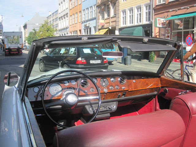 Dashboardet har givet inspiration til nutidens Rolls'er - det store rat og træet er blot nogle af gengangerne.