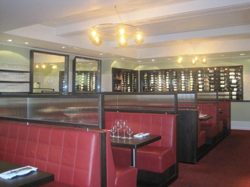 Røde båse a la klassisk steakhouse. Ægte læder - vi spiser jo også ægte ko.